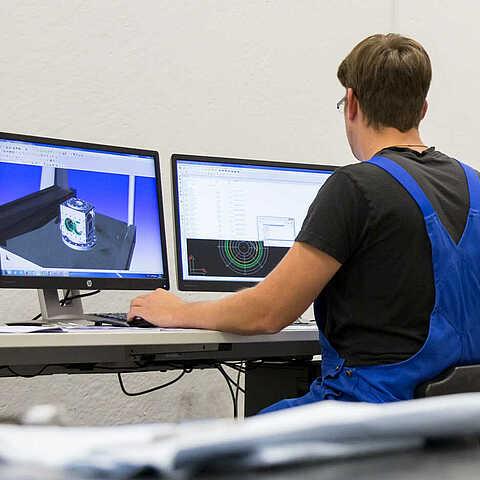 Ingenieur konstruiert individuelle WITTE Zahnradpumpe
