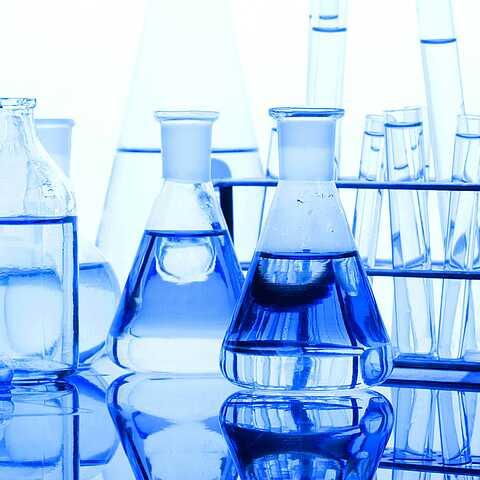 Reagenzgläser mit Flüssigkeiten als Beispiel für Fördermedium