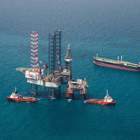 Schiffe vor Ölplattform
